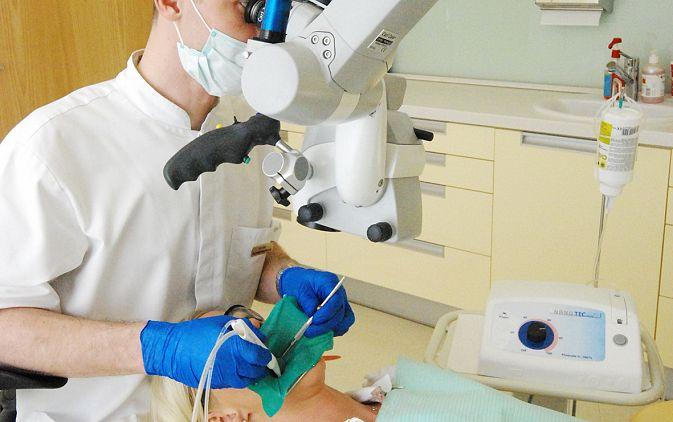 Fot. 2. Leczenie endodontyczne przeprowadzano podczas jednej wizyty z użyciem mikroskopu operacyjnego